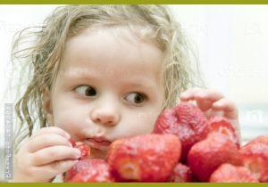 Девочка ест ягоды