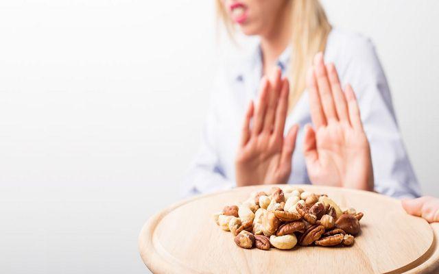 тарелка с орехами