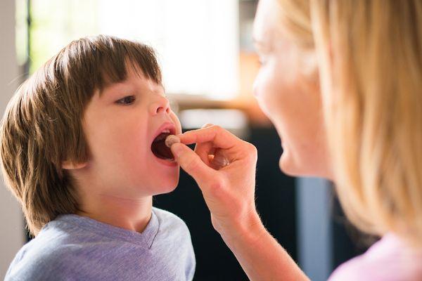 Ребенок пьет лекарство
