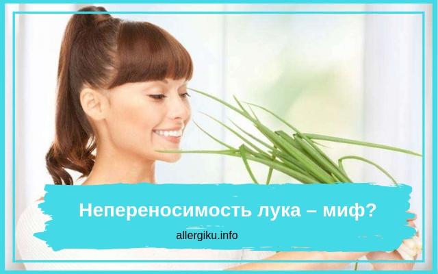 Женщина держи зеленое перо