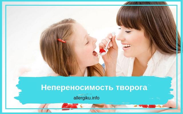 Мама кормит дочь