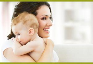 Женщина держит малыша