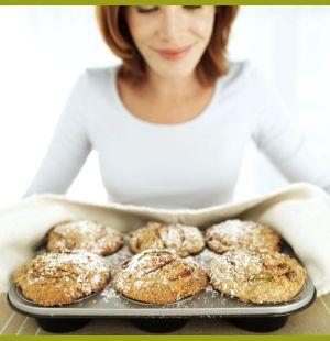 Женщина выпекает с печеньем