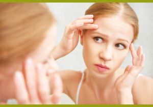 Женщина смотри в зеркало